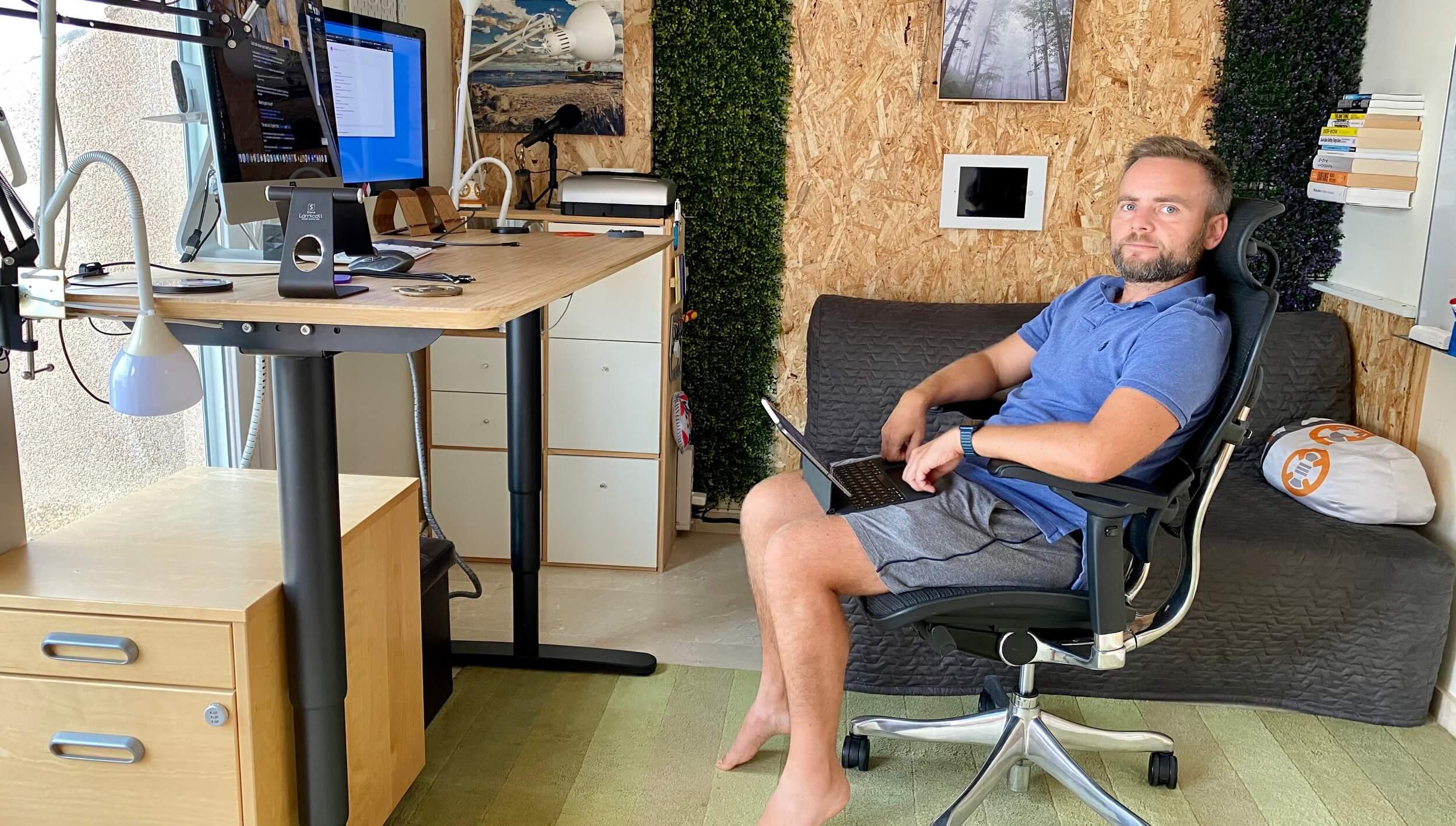 Polecam wygodny fotel i biurko do stania w pracy i biurze domowym